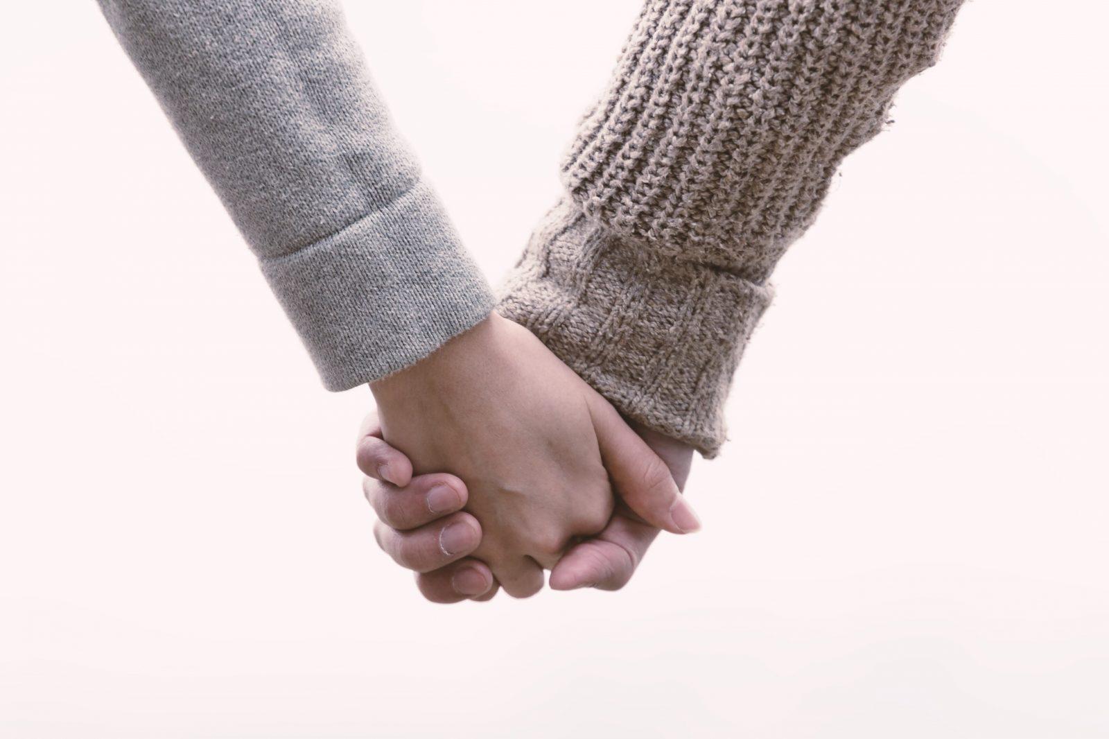 男女で違う手をつなぐ気持ち!付き合っていないのに手をつなぐ心理とは?