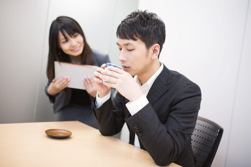 【職場編】女性が気になる相手に取る13の態度!脈アリ・脈ナシを見抜く!