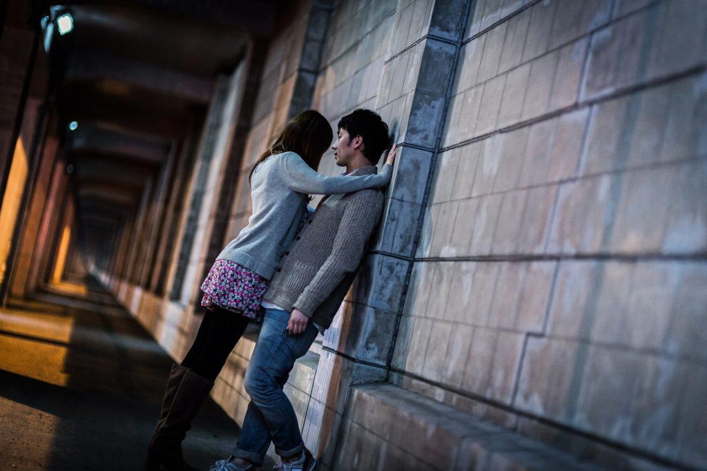 【顎クイ】からのキスに女子は胸キュン!壁ドンはもう古い?